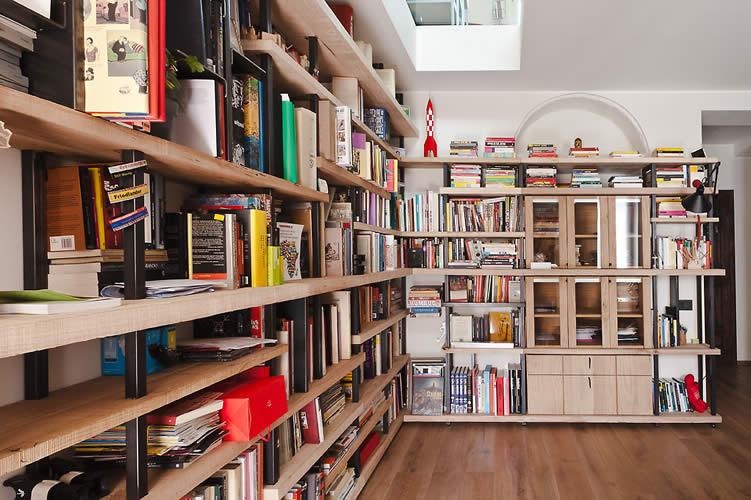 Librerie Con Scala Scorrevole In Legno.Soluzioni Di Arredo Moderno Con Libreria E Scala In Legno